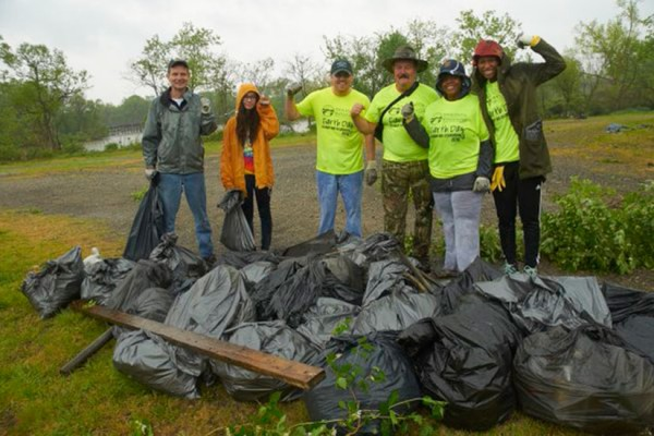 Anacostia Riverwalk Trail cleanup (Photo via Twitter/Anacostia Watershed)